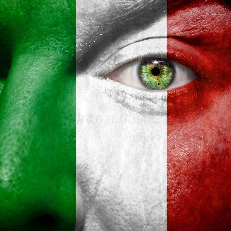 Die italienische Flagge, die an gemalt wird, bemannt Gesicht stockfotos