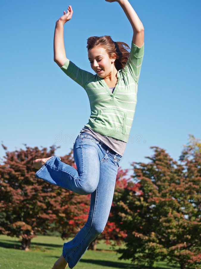 Die Jugendliche springend in einer Luft stockfotografie
