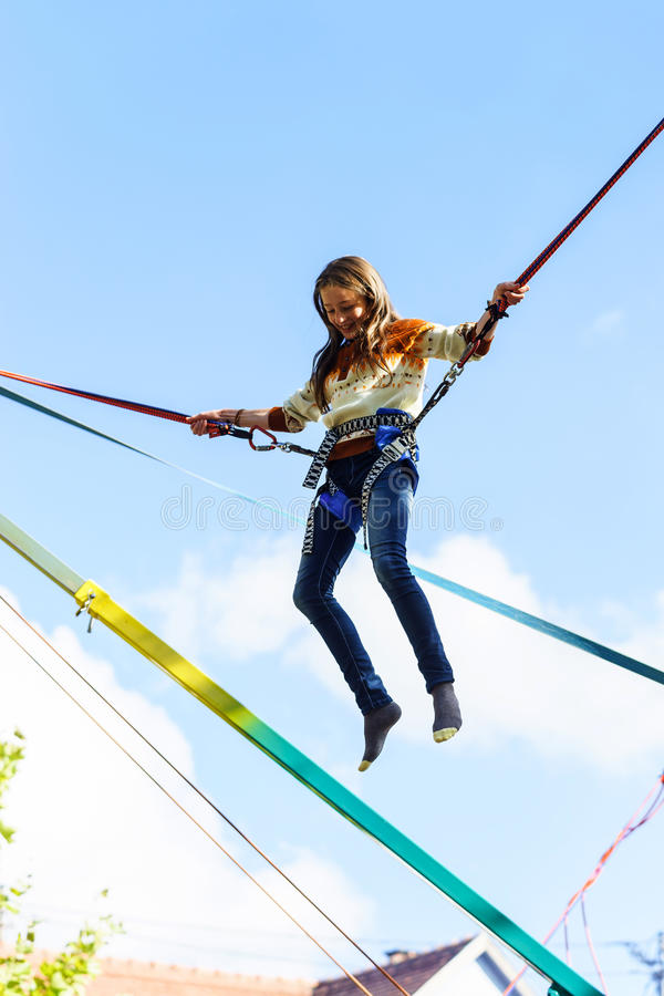 Die Jugendliche springend mit bungie lizenzfreies stockfoto