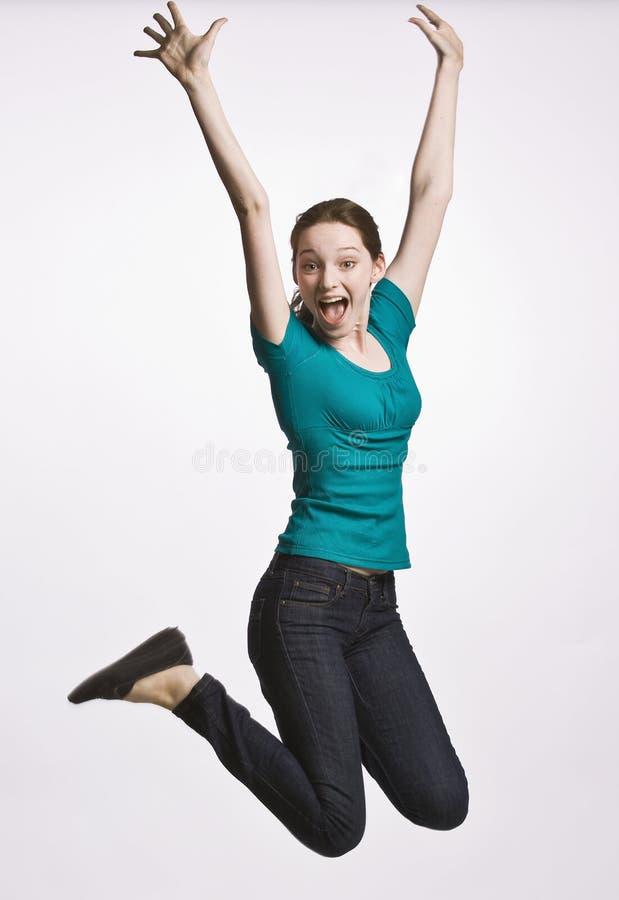 Die Jugendliche springend in mitten in der Luft lizenzfreie stockfotografie