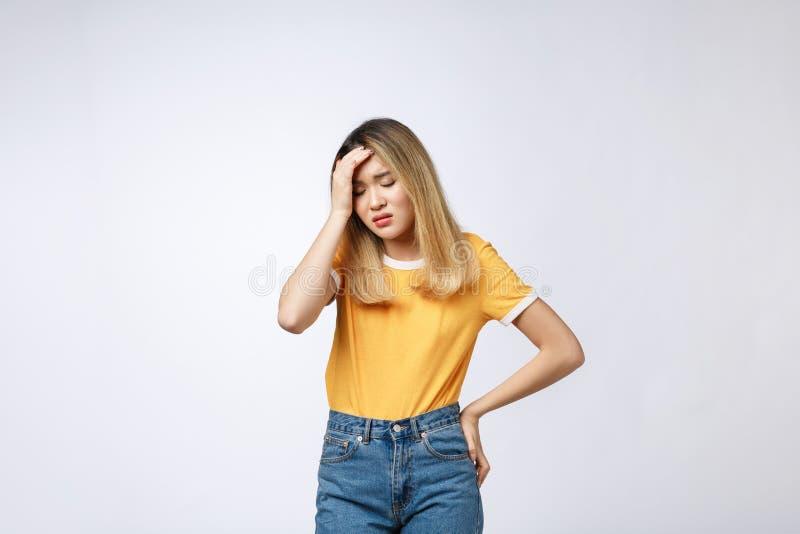Die junge Asiatin erhielt krankes und Grippekälte- oder -allergiesymptom lokalisiert auf weißem Hintergrund stockfotografie