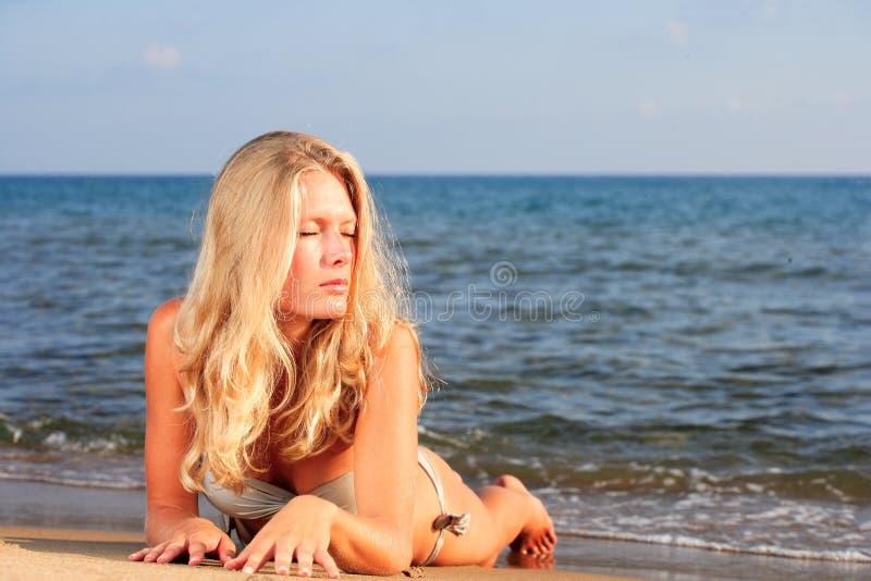 Download Die Junge Frau Auf Einem Strand. Stockbild - Bild von draußen, ufer: 26350317