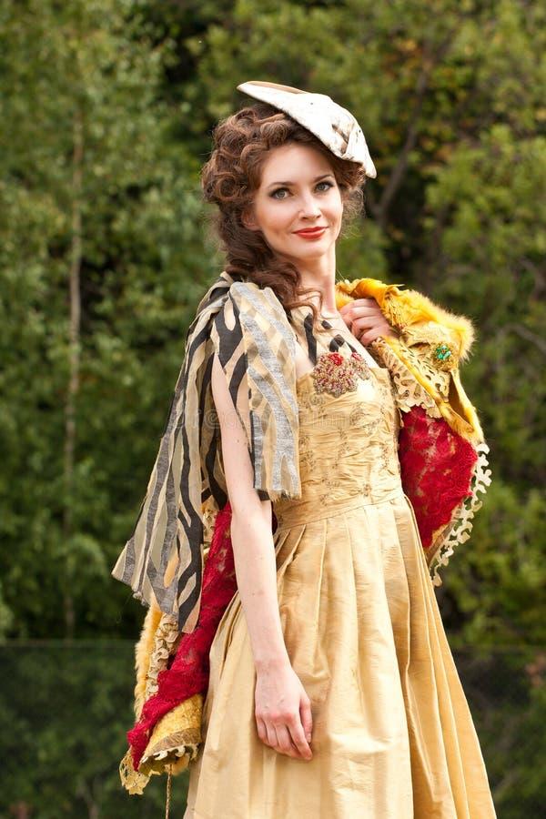 Die junge Frau in der Kleidung von 18 Jahrhunderten stockfoto