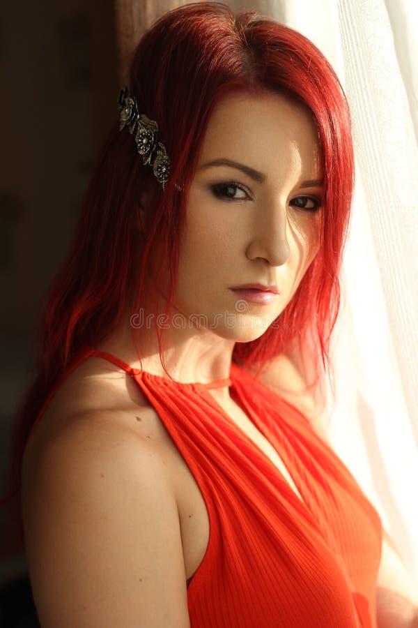 Die junge Frau der Rothaarigen im Porträt der roten Spitze lizenzfreies stockbild