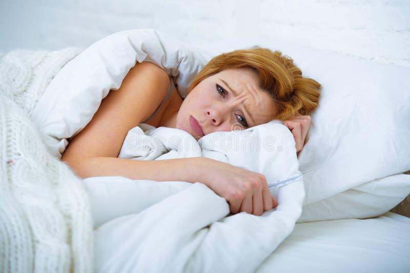 Die junge Frau, die in krankem unfähigem des Betts zu schlafen leiden liegt, drücken nieder stockfotografie