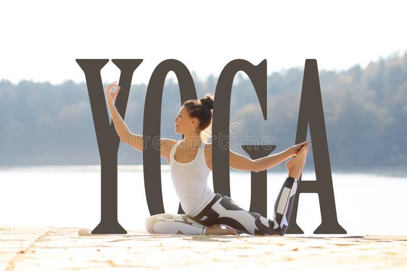 Die junge Frau, die Yoga tut, trainiert im Sommerstadtpark Wort YOGA Gesundheitslebensstilkonzept stockbild