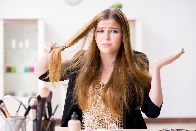 Die junge Frau frustriert an ihrem unordentlichen Haar lizenzfreies stockfoto