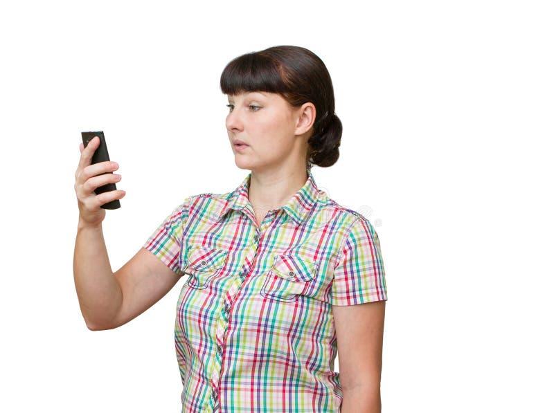 Die junge Frau starrt entlang des Telefonschirmes an lizenzfreie stockbilder