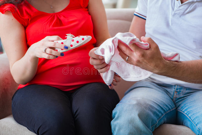 Die junge Paarfamilie, die ein Baby erwartet lizenzfreie stockbilder