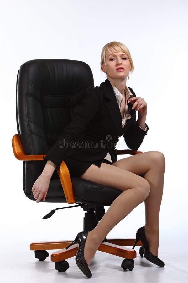 Die junge reizvolle Geschäftsfrau lizenzfreie stockfotografie