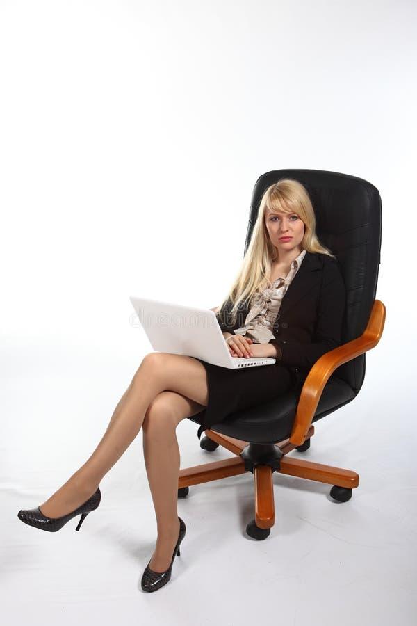Die junge reizvolle Geschäftsfrau stockbild