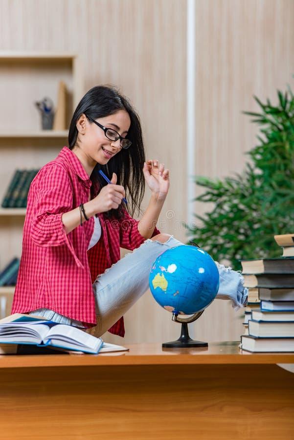 Die junge Studentin, die für Collegeschulprüfungen sich vorbereitet stockfoto