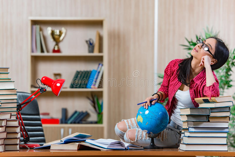 Die junge Studentin, die für Collegeschulprüfungen sich vorbereitet stockfotos