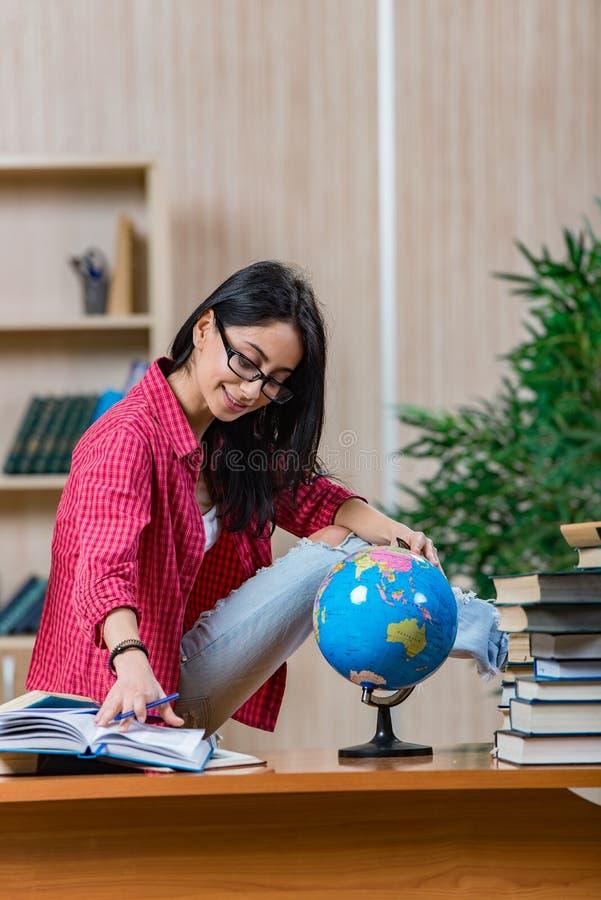 Die junge Studentin, die für Collegeschulprüfungen sich vorbereitet lizenzfreies stockfoto