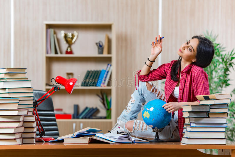 Die junge Studentin, die für Collegeschulprüfungen sich vorbereitet stockfotografie