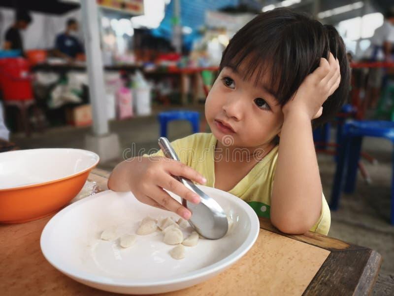 Die Jungen essen die Nahrung lizenzfreies stockbild