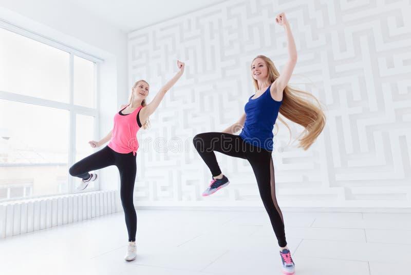 Die jungen Frauen, die eine Eignung tun, tanzen als Herz Training lizenzfreies stockfoto