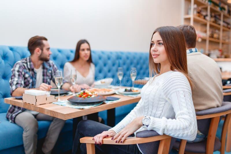 Die jungen Leute verbringen Zeit in einem Café essend und trinkend lizenzfreie stockbilder