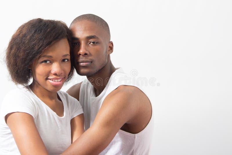 Die jungen schwarzen entspannenden Paare genießen Firma stockbild