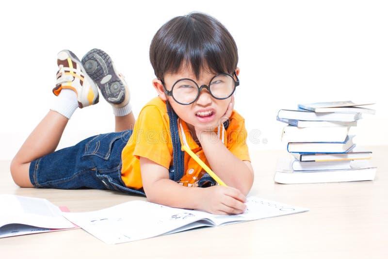 Die Jungenschreibenshausarbeit stockbild