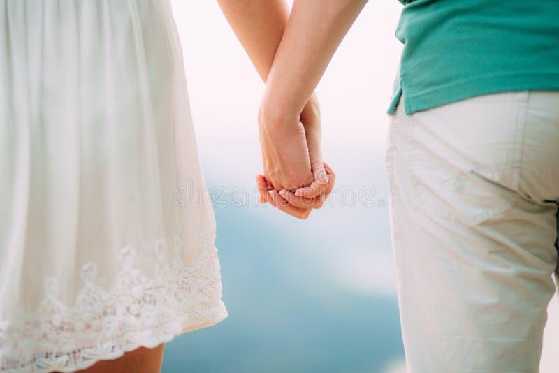 Die Jungvermähltengriffhände Verbinden Sie Holdinghände Heirat in Monte lizenzfreies stockfoto