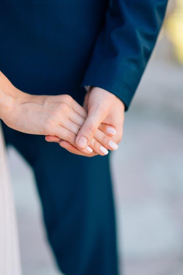 Die Jungvermähltengriffhände Verbinden Sie Holdinghände Heirat in Monte lizenzfreies stockbild