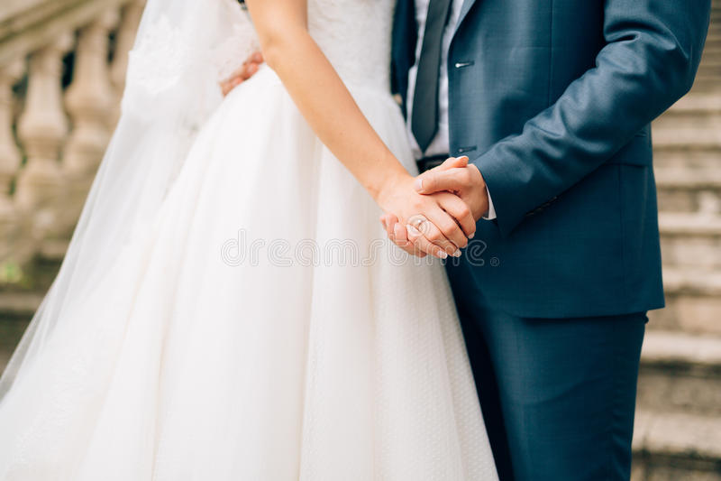 Die Jungvermähltengriffhände Verbinden Sie Holdinghände Heirat in Monte lizenzfreie stockbilder