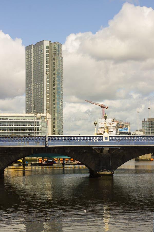 Die Königin ` s Brücke über dem Fluss Lagan beim Donegall Quay im Hafen in Belfast Nordirland lizenzfreie stockfotografie