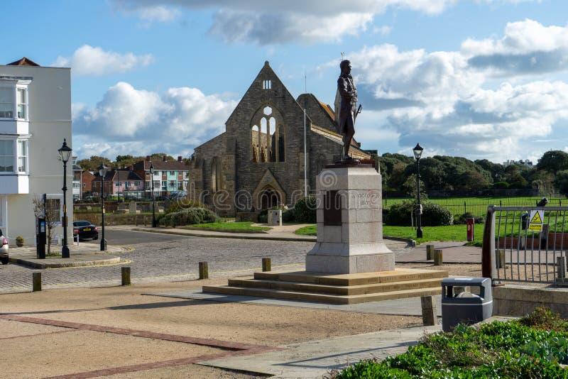 Die Königliche Garrison Kirche in alter Portsmouth mit einer Statue von Admiral Nelson lizenzfreie stockfotografie