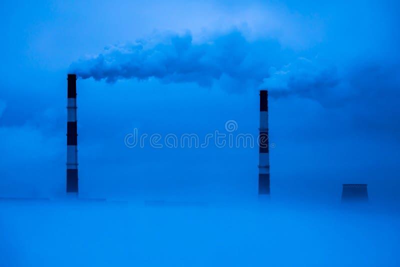 Die Kühltürme des Wärmekraftwerkes im Nebel lizenzfreie stockfotos