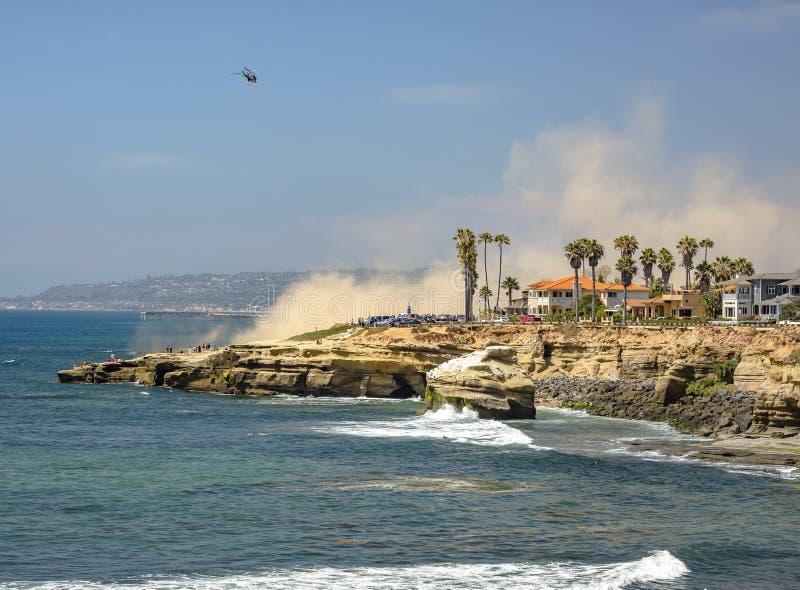 Die Küste von La Jolla mit einem Hubschrauber im Himmel stockfoto