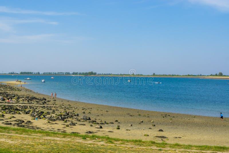 Die Küstenlinie von bergse diepsluis, populärer Strand tholen herein, Zeeland, oesterdam, die Niederlande, am 22. April 2019 lizenzfreie stockfotos