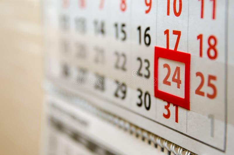 Die Kalenderseite zeigt Tagesdatum lizenzfreie stockfotos