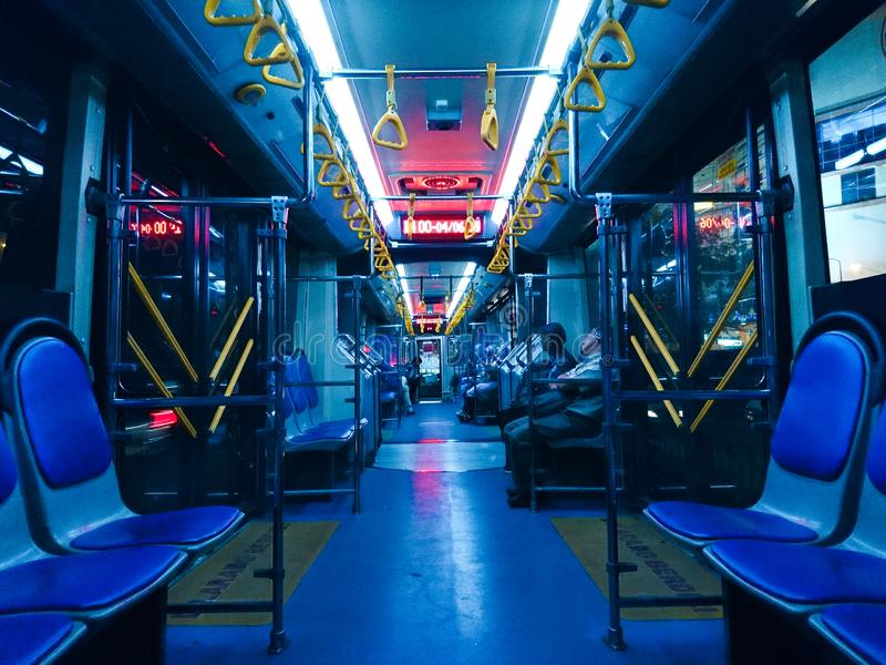 Die kalten Schatten von Blauem, von Rotem und von Gelbem unter den hellen Neonlichtern lizenzfreie stockbilder