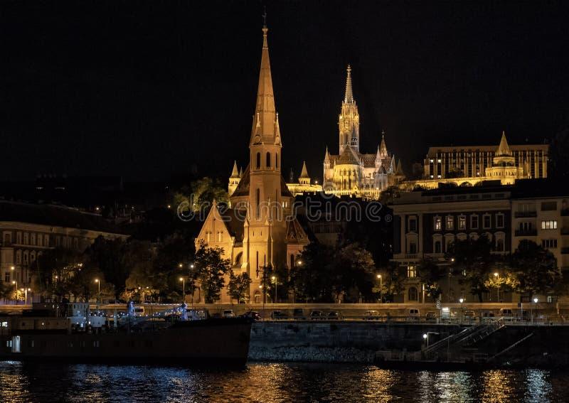 Die kalvinistische Kirche auf dem Fluss Donau nachts, Budapest, Ungarn stockbild