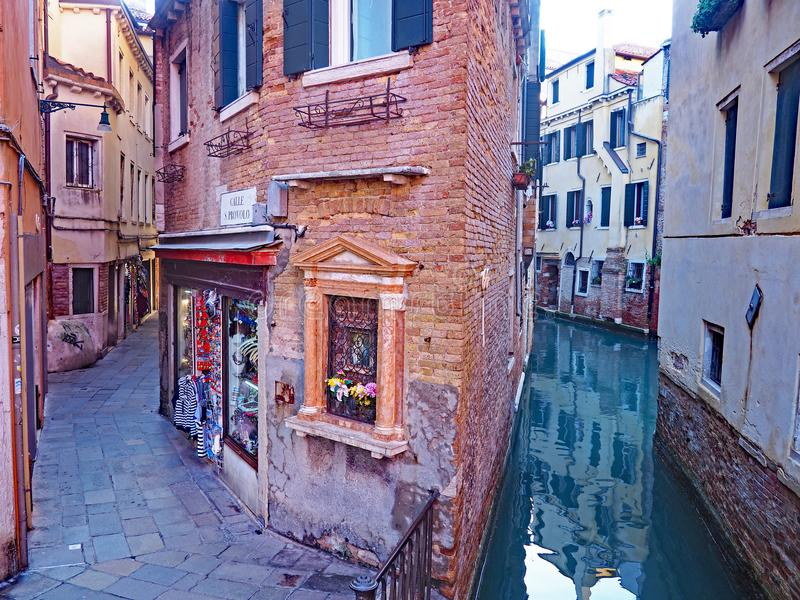 Die Kanäle und die schmalen Straßen von Venedig, Italien stockbilder