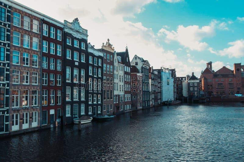 Die Kanäle von Amsterdam, mit historischen Gebäuden und Booten stockbilder