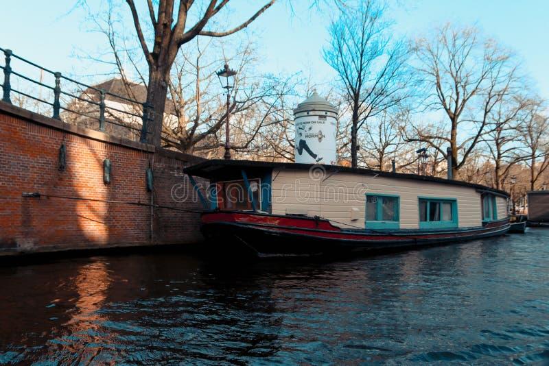 Die Kanäle von Amsterdam, mit historischen Gebäuden und Booten lizenzfreie stockbilder