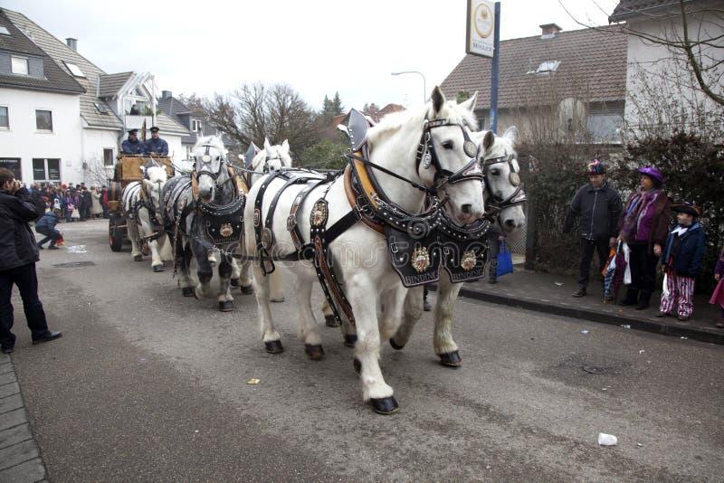 Die Karnevalsparade bewegt sich durch stockbilder