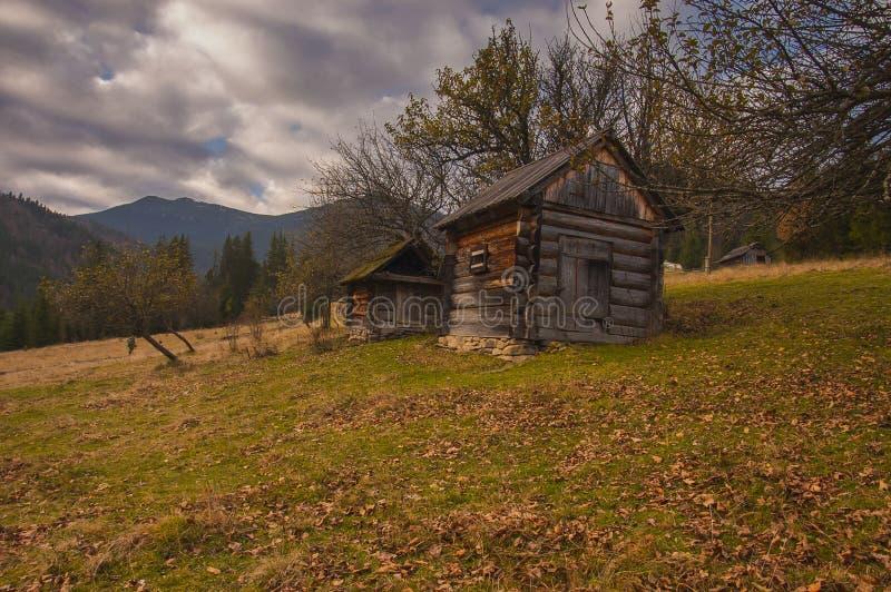 Die Karpaten im Vorfrühling lizenzfreie stockfotografie