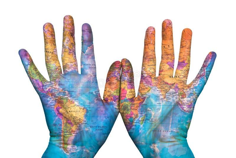 Die Karte der Erde auf seinen Händen stockbild