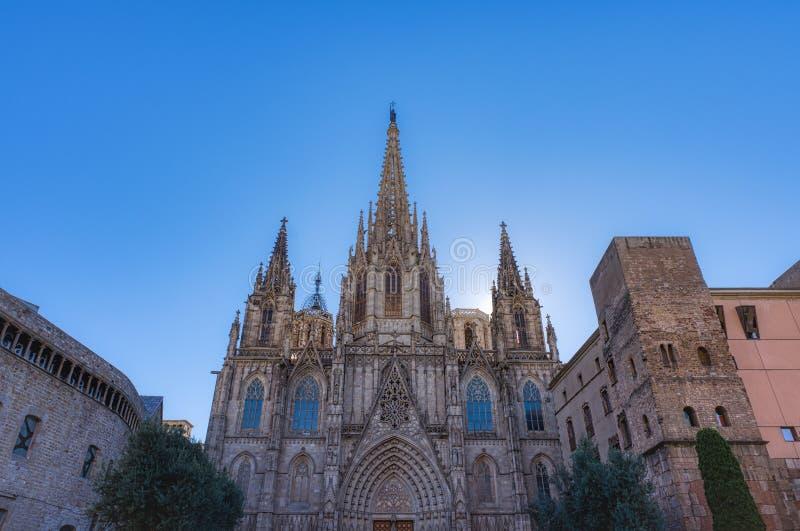 Die Kathedrale von Barcelona, Detail der Hauptfassade in der typischen gotischen Art mit Steinfriesen und Wasserspeiern Barri Got lizenzfreies stockbild