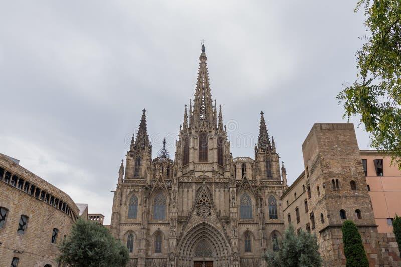 Die Kathedrale von Barcelona, Detail der Hauptfassade in der typischen gotischen Art mit Steinfriesen und Wasserspeiern Barri Got stockfotografie