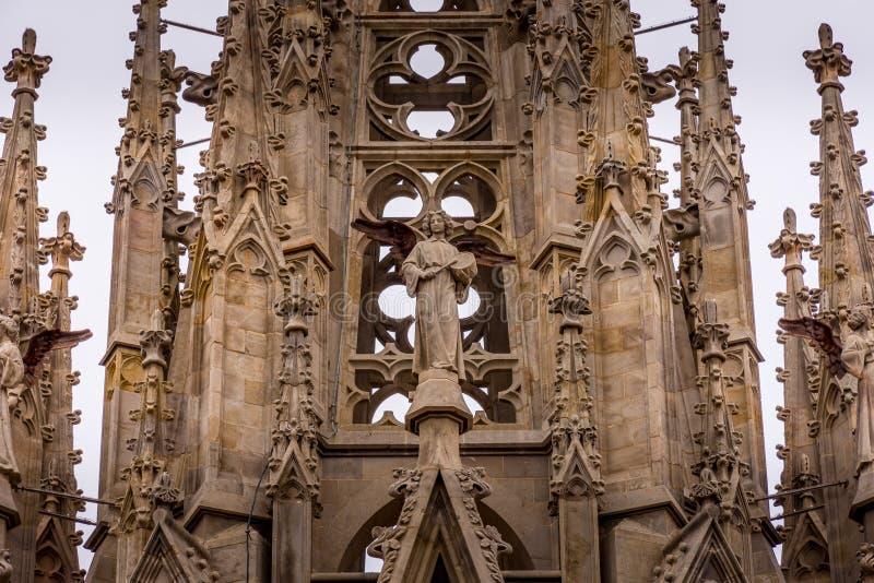Die Kathedrale von Barcelona, Detail des Haupthelms in der typischen gotischen Art mit Steinfriesen und Wasserspeiern Barri Gotic lizenzfreies stockbild