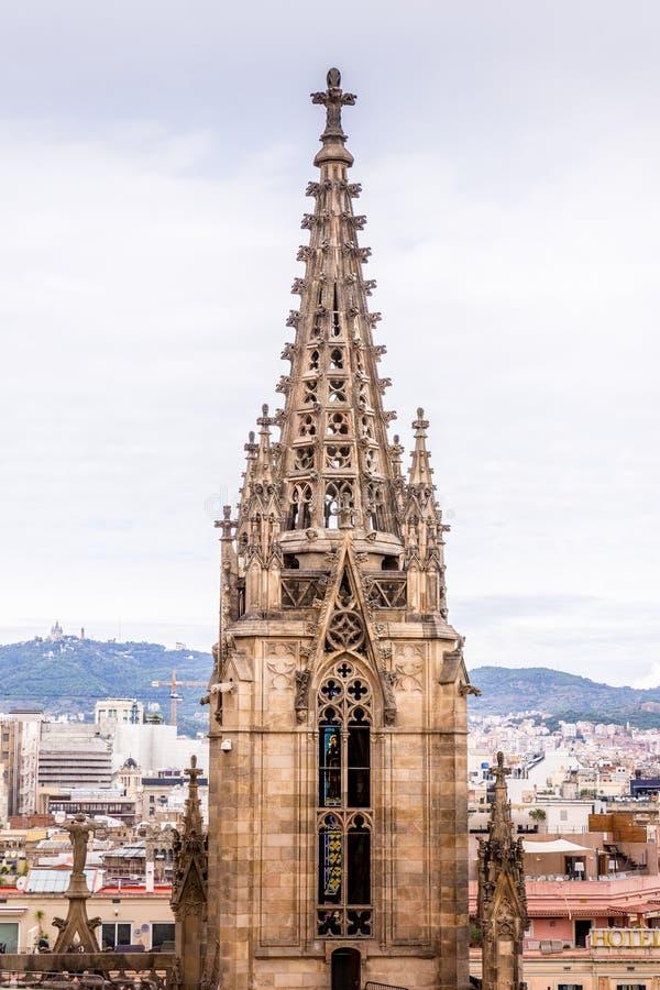 Die Kathedrale von Barcelona, Detail des Haupthelms in der typischen gotischen Art mit Steinfriesen und Wasserspeiern Barri Gotic lizenzfreie stockfotos