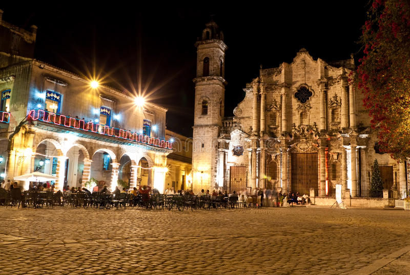 Die Kathedrale von Havana nachts lizenzfreie stockfotografie