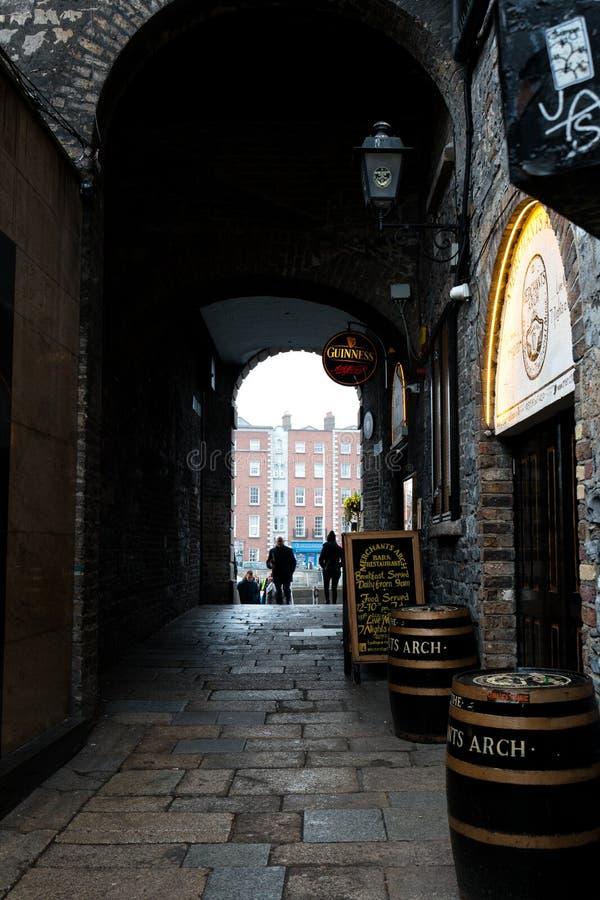 Die Kaufleute wölben sich im Tempel-Kneipenviertel, gelegen auf dem southbank des Flusses Liffey in Dublin, Irland lizenzfreies stockfoto