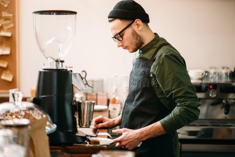 Die Kellnerherstellung überprüft herein Café lizenzfreies stockbild