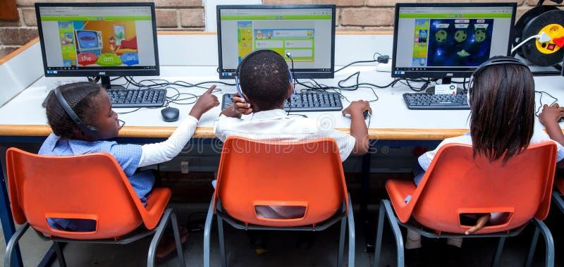 Die Kinder, die über das Internet im Computer lernen, klassifizieren stockbild