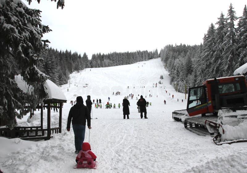 """Die Kinder, die auf einem Ski Ski fahren, neigen sich für Kinder im Winterurlaubsort im Berg von Vitosha, Bulgarien-†""""Jan. 23,2 lizenzfreie stockbilder"""